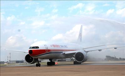 首架中国上海起飞之中国货运航空波音777班机(编号b-2082),於圣路易