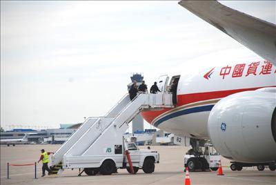 飞机停妥,机场工作人员架上空桥 林白机场美国海关人员登机