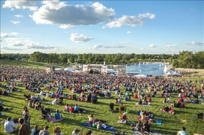 圣路易森林公园2014年国庆日庆祝园游会,艺术博物馆前绿地搭建舞台图片