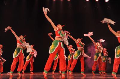 下面就由我们可爱的小朋友们为大家表演舞蹈:最炫民族风!有.